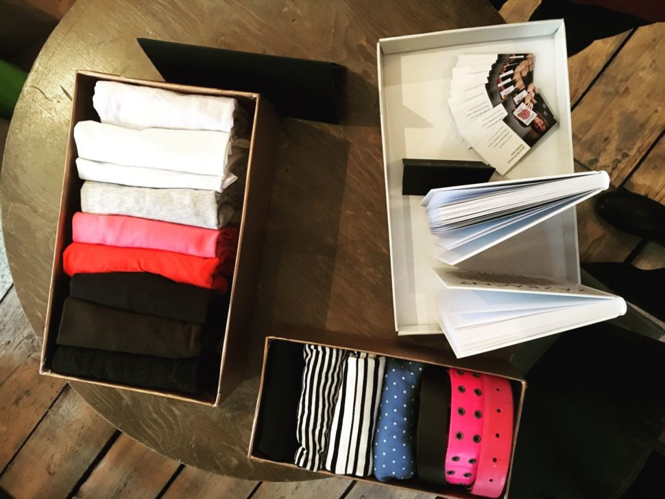 Krabička s oblečením složeným podle KonMari