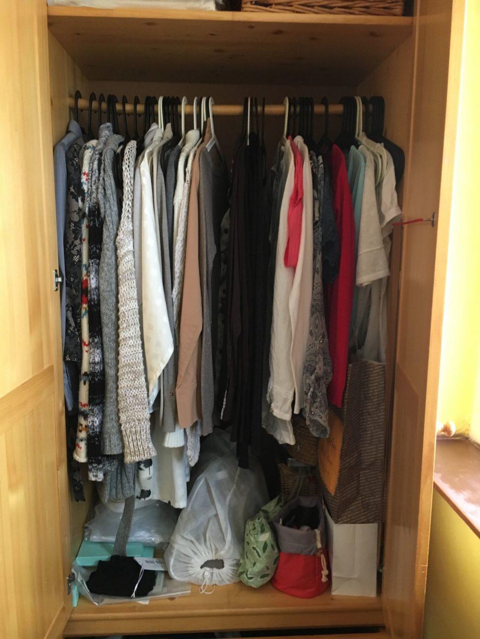 Skřín s oblečením před konzultací