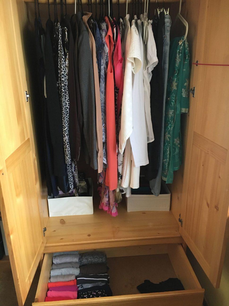 Skřín s oblečení po